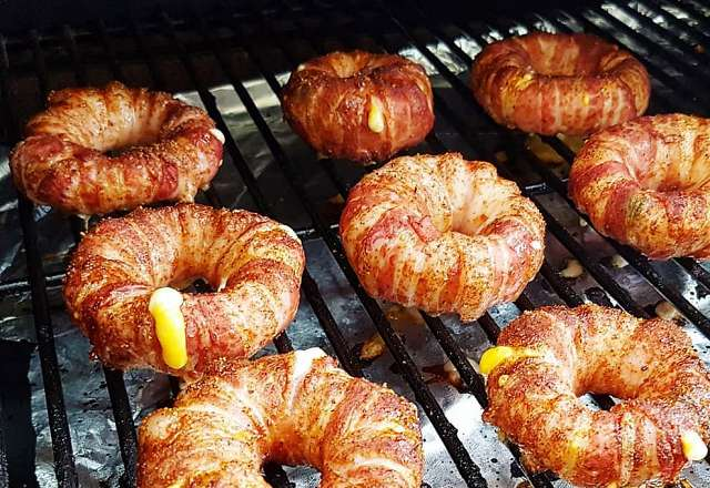 Bacon lökringar grillas