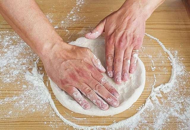 Bakar ut degen varsamt inifrån och ut med fingertopparna