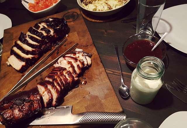 Chashu pork på bordet med slaw och andra grillade tillbehör