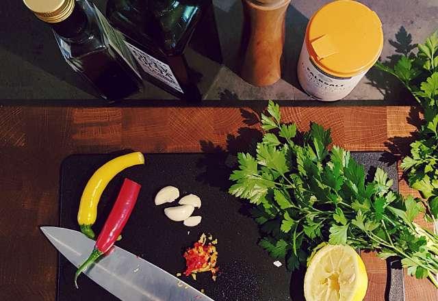 Finhacka bladpersiljan, dragon & chili till Chimichurri