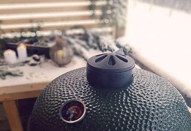 Skinkan grillas i en Kamado Sumo grill