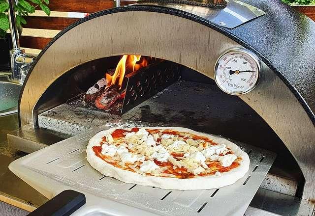 Pizzan in i vedeldad pizzaugn