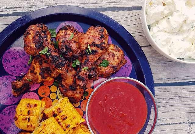 Kycklingben på fat med potatissallad, majs och hot sauce