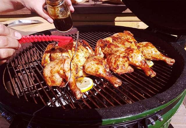 Spatchcock chicken på kamado SUMO penslas med asiatisk glaze