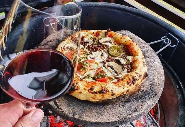 Grillar pizzan på Fredstone