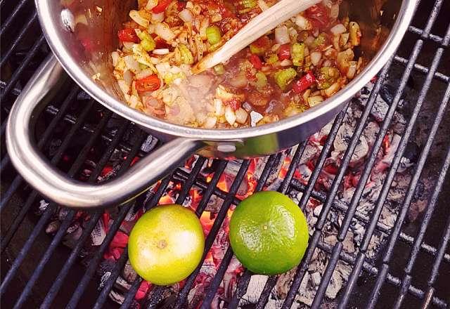 Bryner ingredienser till thaisoppan på grillen