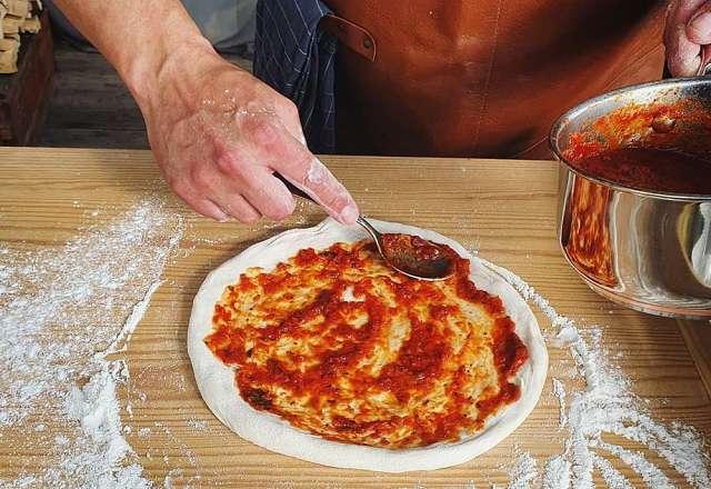 Toppar med hemgjord tomatsås